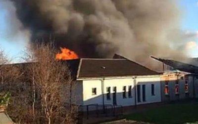 Cháy trường học, hơn 200 học sinh gào khóc trong sợ hãi