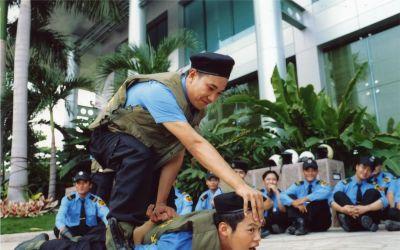 Bảo vệ chuyên nghiệp: Nhân viên bảo vệ sẵn sàng hi sinh