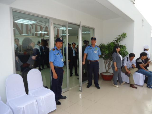Dễ dàng nhận biết nhân viên bảo vệ khi họ mặc áo đồng phục màu xanh dương